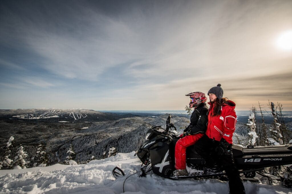 Vue sur la montagne en motoneige