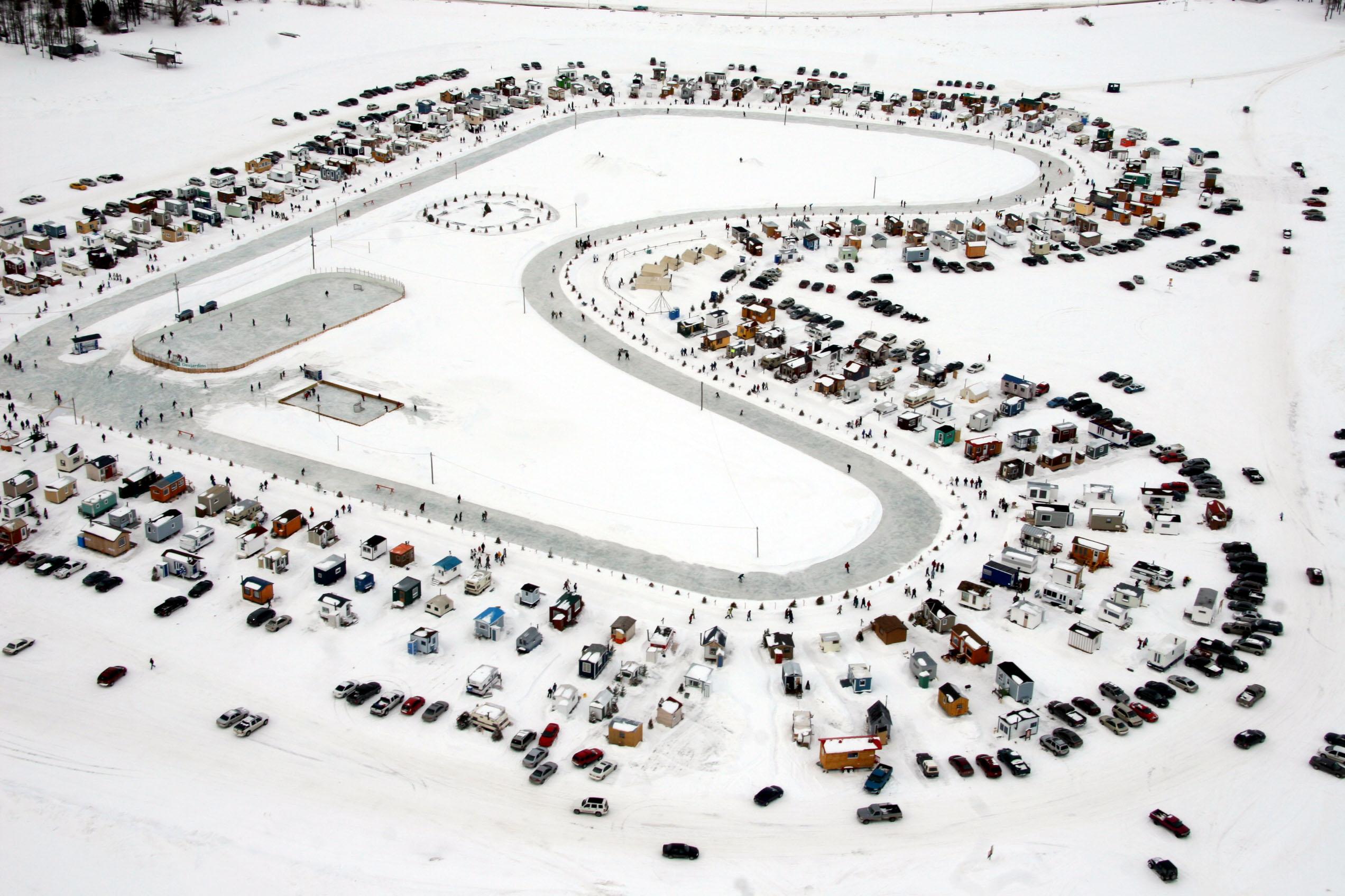 Photo aériennes prises lors d'un survol du village sur glace de Roberval. Image prise par le Caporal Alex Roy, Atelier d'Imagerie,3e Escadre Bagotville.