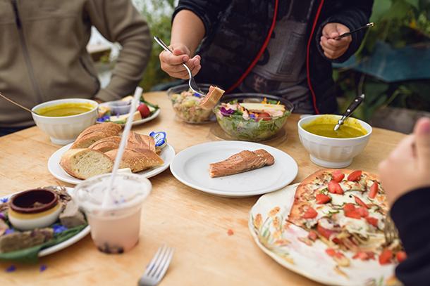 """Notre festin picnic dans la """"serre à manger"""": Saumon fumé, charcuterie, potage et pizza maison."""