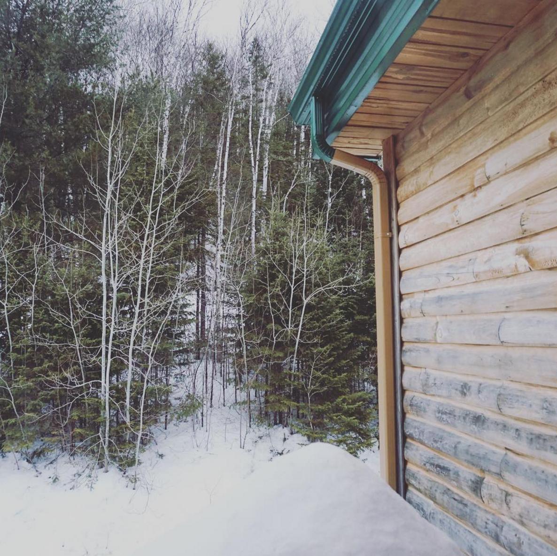 Chalet en forêt au SagLac en hiver pour le long week-end - © Jennifer Doré Dallas